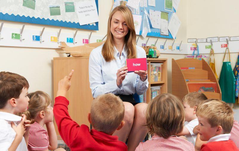 Lektor uczy dzieci języka angielskiego - szkoła językowa Rybnik