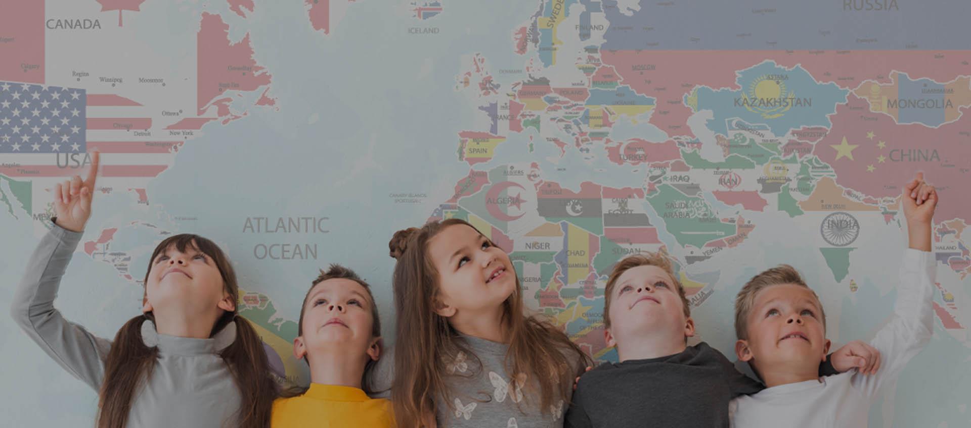 Dzieci podnoszą ręce w szkole językowej w Rybniku